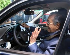 Thủ tướng Malaysia lái thử xe VinFast Lux tại Hà Nội