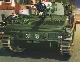 Chú rể Anh chơi trội, mang xe tăng đi đón dâu