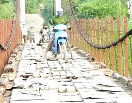 """Sửa cây cầu treo """"nát bét"""" để người dân không còn phải """"nín thở"""" qua sông"""