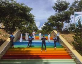 """Ngôi trường ở Lâm Đồng có cầu thang """"sống ảo"""" hút dân mạng"""