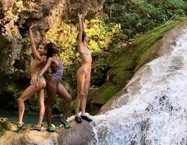 Kendall Jenner và Hailey Baldwin diện bikini tắm nắng