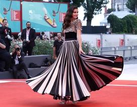 Sara Sampaio diện váy lạ mắt dự công chiếu phim