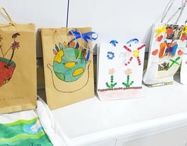 Học sinh cấp 1 làm hàng trăm túi giấy để bảo vệ môi trường