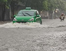 """Thành phố Vinh """"thất thủ"""" vì mưa lớn kéo dài nhiều ngày"""