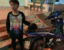 Bé trai 13 tuổi tự chạy xe máy gần 300 km được xe CSGT đưa về tận nhà