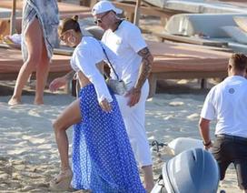 Jennifer Lopez diện váy xẻ táo bạo đi dự tiệc sinh nhật