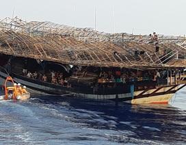 Tàu câu mực bị sóng đánh chìm ở Trường Sa, 3 ngư dân mất tích