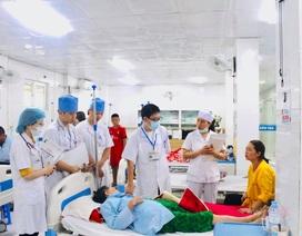 """Nước máy """"tê liệt"""", nhà máy dùng xe chở từng téc nước để phục vụ bệnh nhân chạy thận"""