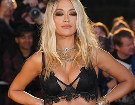 Rita Ora khoe ngực ngoại cỡ với váy đen táo bạo