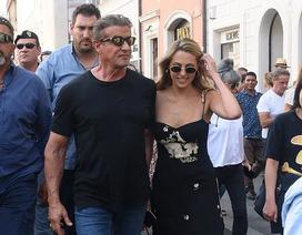 """""""Người hùng cơ bắp"""" Sylvester Stallone rạng rỡ đi chơi cùng vợ con"""