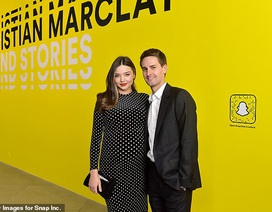 Miranda Kerr bế bụng bầu sánh đôi chồng trẻ