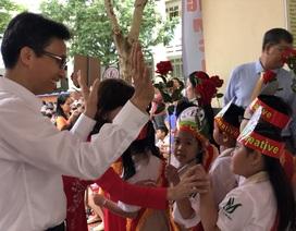 Phó Thủ tướng Vũ Đức Đam đứng cùng phụ huynh xem học sinh khai giảng