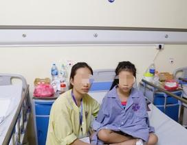 Bé gái liệt 2 chân đứng bật dậy đi lại sau mổ khối u tuỷ sống