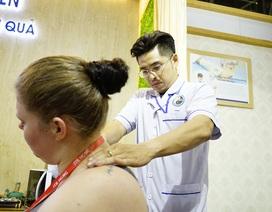 """Bấm huyệt, xoa bóp gây """"sốt"""" tại  hội chợ Du lịch Quốc tế TPHCM"""