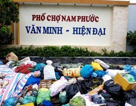 Hàng ngàn tấn rác thải chất đống, ùn ứ từ trong nhà ra quốc lộ