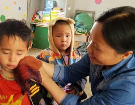 """Hai cô giáo """"hy sinh"""" tuổi xuân để làm mẹ của 17 đứa trẻ H'Mông"""