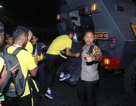 Cổ động viên Indonesia làm loạn, tuyển Malaysia phải rời sân bằng xe bọc thép