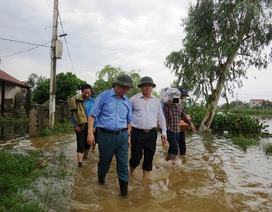 Bộ trưởng TN&MT tới thăm và động viên người dân vùng lũ