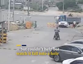 Bố quên tắt động cơ, con 6 tuổi cho ô tô lùi xuống hố