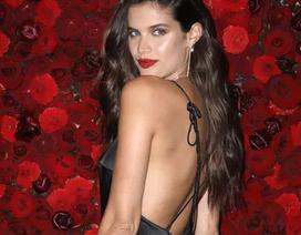 Siêu mẫu Sara Sampaio quyến rũ với váy hở lưng