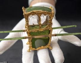 Vẻ đẹp của chiếc kiệu nhỏ xíu được làm từ vàng và ngọc