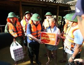 Phó Thủ tướng thăm hỏi, động viên bà con vùng lũ