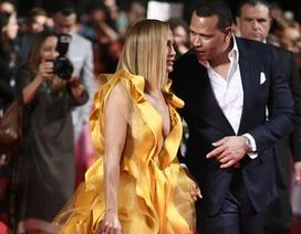 Jennifer Lopez diện váy vàng rực sánh đôi bồ trẻ
