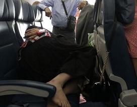 Người đàn ông đứng trên máy bay suốt 6 tiếng nhường chỗ cho vợ ngủ?