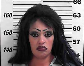 Mẹ bị bắt vì mạo nhận là con gái 21 tuổi