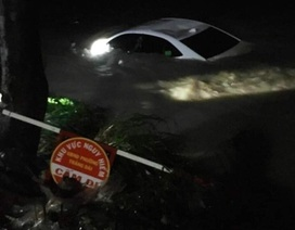 Xe ô tô chở 4 người bị nước lũ cuốn trôi xuống suối
