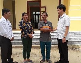 Tặng quà cảm ơn người dân cứu lãnh đạo huyện bị lật thuyền trên sông Gianh