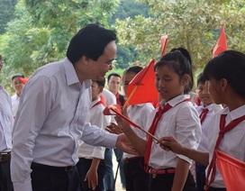 Bộ trưởng Phùng Xuân Nhạ dự khai giảng muộn cùng học sinh vùng rốn lũ