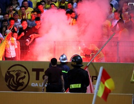 CĐV quốc tế phẫn nộ vì vấn nạn pháo sáng ở Việt Nam