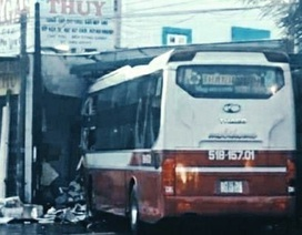 Xe khách lao thẳng vào đại lý gas, hàng chục khách thoát chết