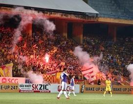 Vì sao pháo sáng hoành hành trên sân bóng Việt Nam?