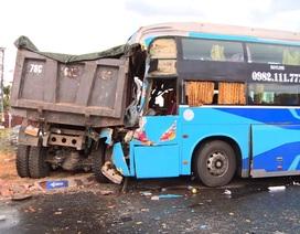 Xe khách húc đuôi xe tải, 3 người bị thương nặng