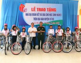 Ban Tuyên giáo TP Cần Thơ trao tặng 50 suất học bổng và 10 xe đạp cho HS khó khăn