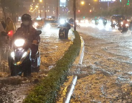 """TPHCM: Người, xe """"bơi"""" trên nhiều tuyến phố ngập nặng trong mưa lớn"""