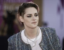 """Kristen Stewart """"nam tính"""" xuất hiện tại Pháp"""