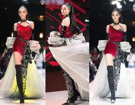 """Hoa hậu Lương Thùy Linh ấn tượng khi trở thành """"nữ thần chiến binh"""" trên sàn diễn"""
