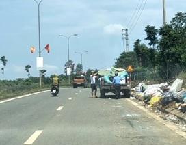 Hai người đàn ông chở cả xe ô tô rác đi vứt bên đường