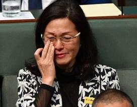 Nghị sĩ Úc bật khóc trước quốc hội vì bị nghi dính dáng tới Trung Quốc