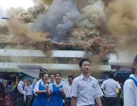 Trường cháy lớn, học sinh cười vui như trẩy hội vì... được nghỉ học