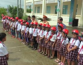 Cảnh sát giao thông Bạc Liêu trao quà cho học sinh khó khăn