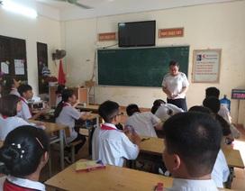 Hàng trăm học sinh cứ đến giờ học tiếng Anh lại ngồi chơi do thiếu giáo viên