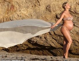 """Joanna Krupa bế bụng bầu chụp ảnh """"nóng"""""""