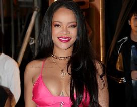 Rihanna khoe ngực quyến rũ khi xuất hiện tại Hàn quốc