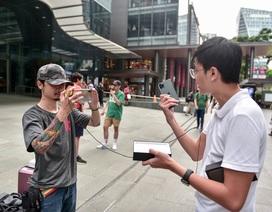 """Các Youtuber Việt Nam đua nhau review iPhone 11 """"ngay và luôn"""" tại Apple Store Singapore"""
