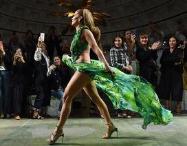 Jennifer Lopez mặc váy hở bạo trình diễn thời trang