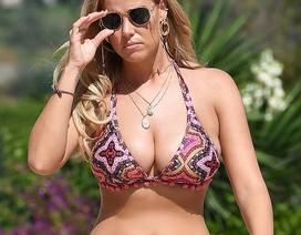 Chloe Meadows diện bikini bốc lửa